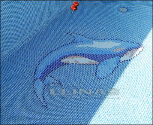 Orca plateada montada en piscina