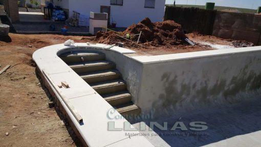 Remate de piscina en marmolina blanca y antideslizante. Junta de la recta, curva y radio