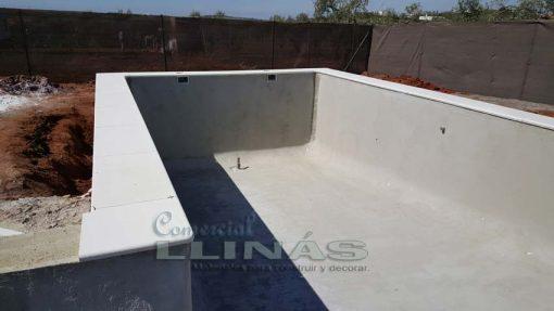 Remate de piscina en marmolina blanca y antideslizante.
