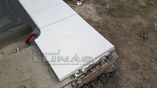 Remate de piscina en marmolina blanca y antideslizante. Esquina exterior